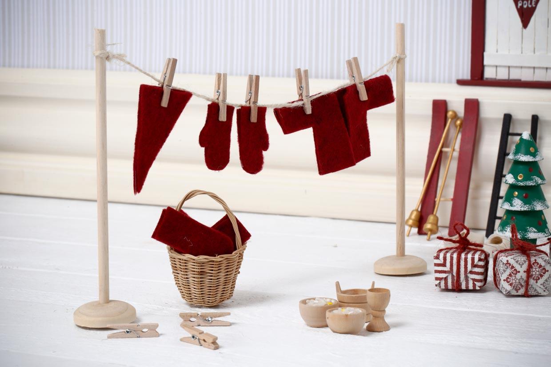 Miniature tørrestativ med tøjklemmer og nissens vasktetøj