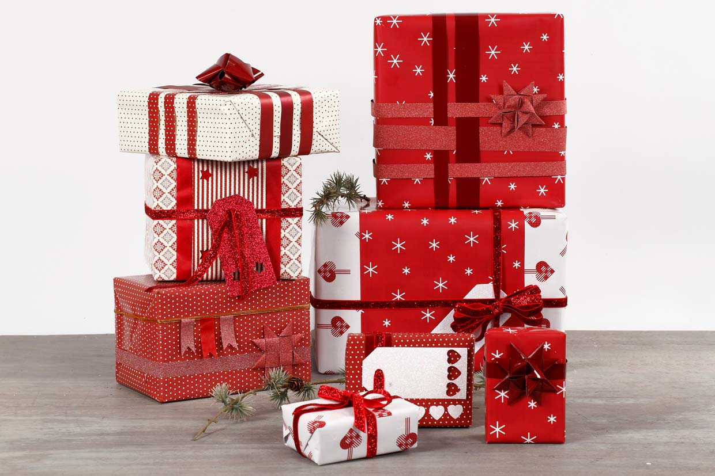 Julklappsinslagning med dekoration i rött och vitt
