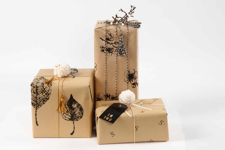 Julegaveinnpakning med gavepapir dekorert med avtrykk