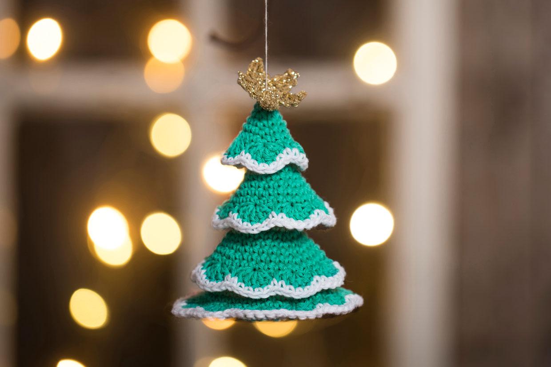 Hæklet juletræ af bomuldsgarn og guldgarn