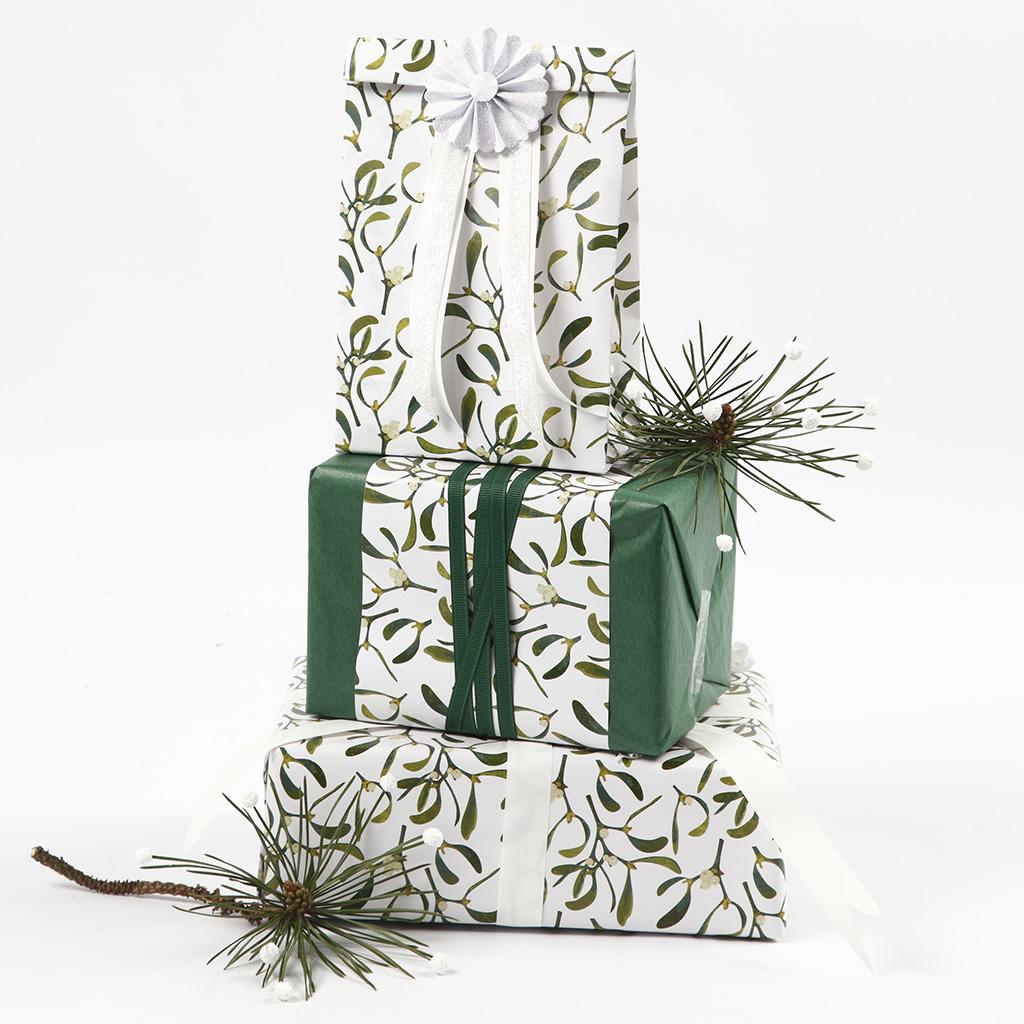 Julegaveindpakning med silkepapir og papir i design fra Vivi Gade