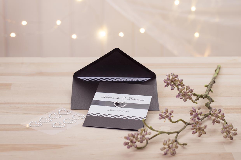 Bryllupsinvitationer i sort med hvide papirblonder