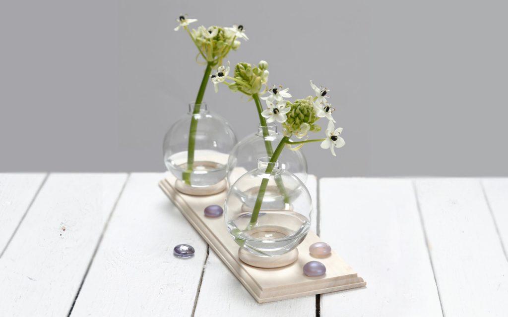 Bryllupspynt: Lille vase af glaskugle stående på gardinring