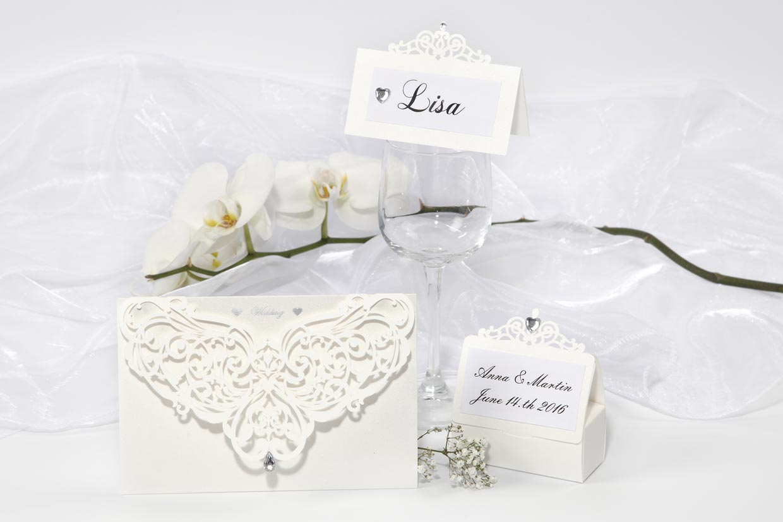Bröllopsinbjudningar: Dekorerade kort med utskärningar