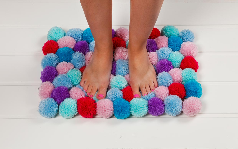 Kreativ inredning, kreativ med garn: Mjuk matta av pompomer