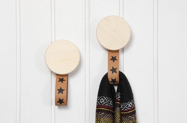 Kreativ inredning, läderpapper: Träknappar med hängare av läderpapper