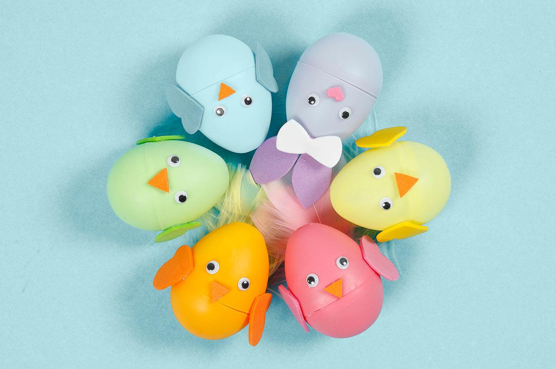 Påskeæg: Påskehare og kylling af farvede æg