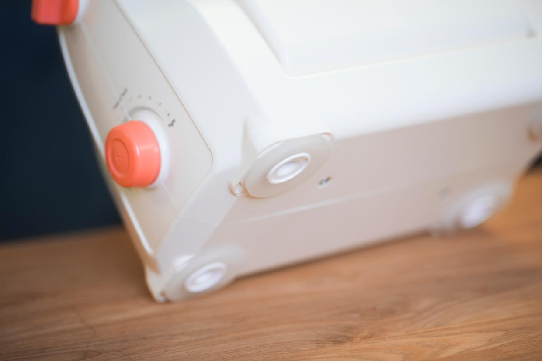Stansemaskin og pregemaskin med skrittsikre gummiføtter
