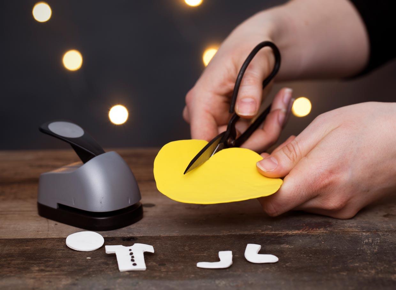 Klip med saks eller brug stansejern i din Silk Clay