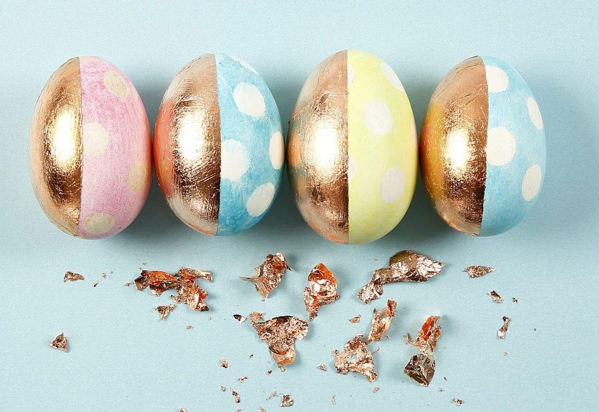 Påske og påskepynt: påskeæg med akvarelfarve og bladmetal