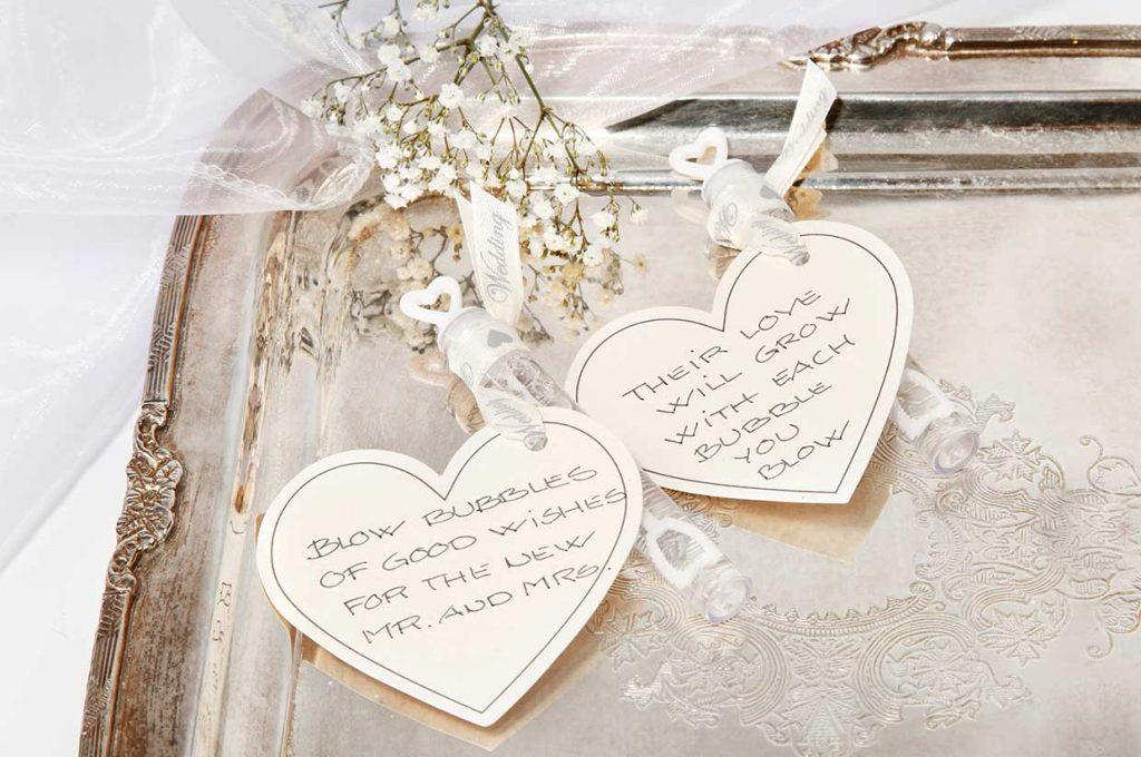 Bryllupspynt: Sæbebobler i rør pyntet med kartonhjerte i bånd