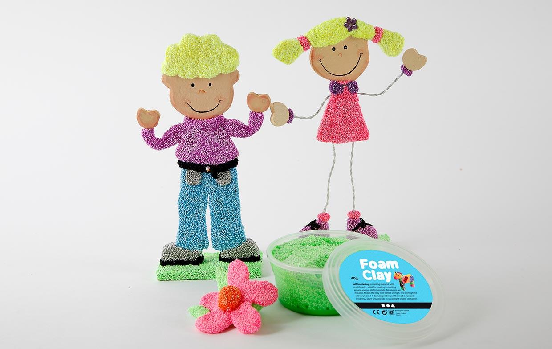 Foam Clay figurer modellerade på trä