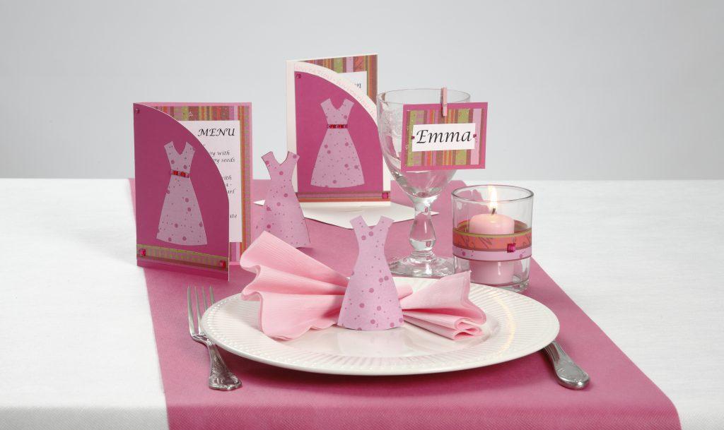 Konfirmation: Indbydelse og bordpynt med kjoler i pink