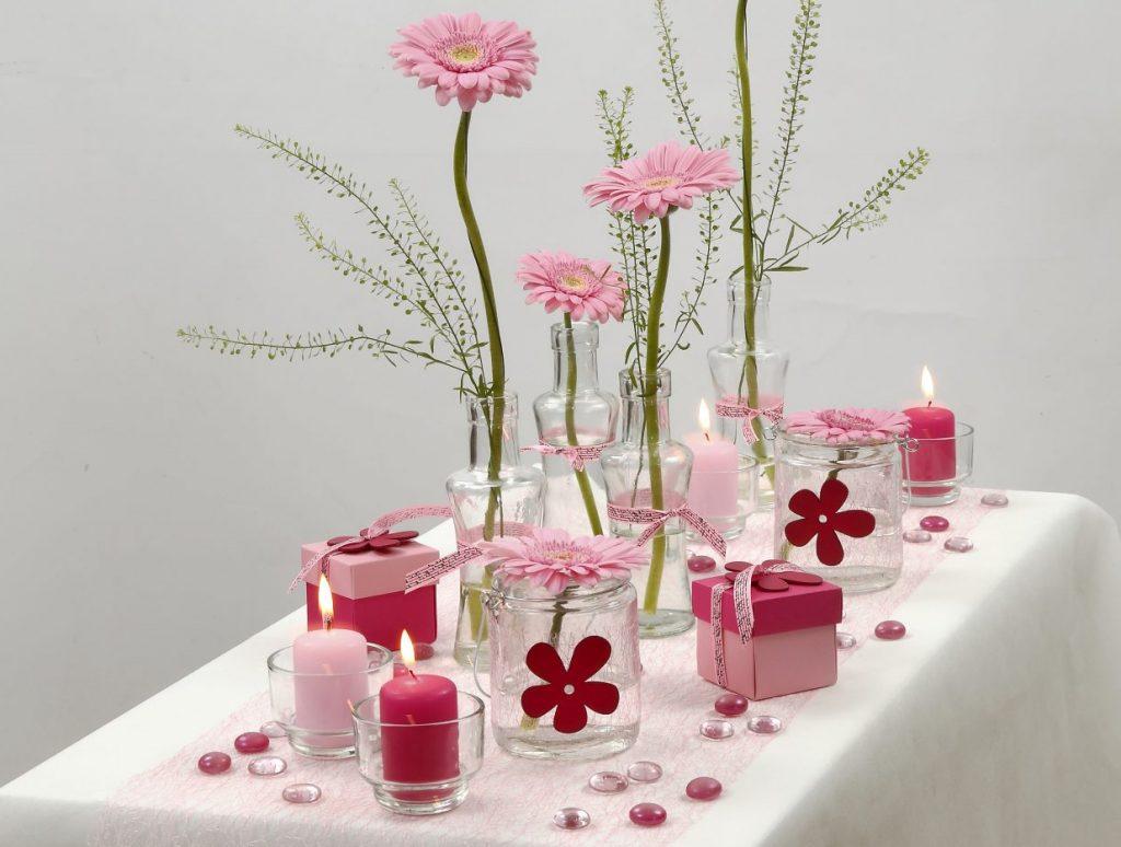 Konfirmation: Borddækning i hvid og rosa med blomster