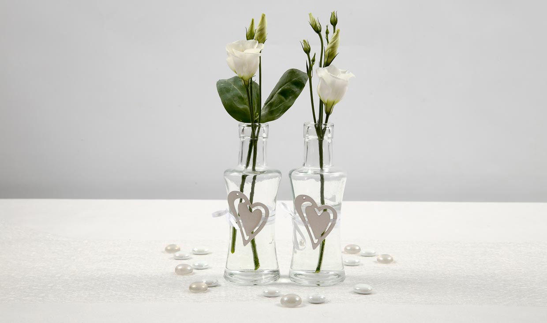 Bryllup: Vase dekorert med hvitt satengbånd og hjerte