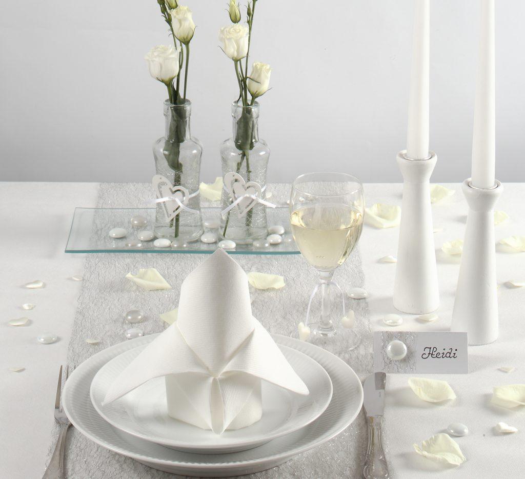 Konfirmation: Borddækning og bordpynt i hvid til konfirmation