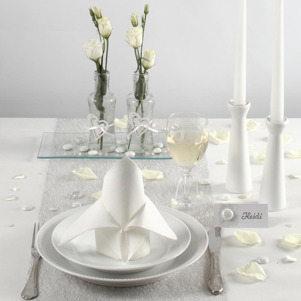 Konfirmation: Dukning och bordsdekorationer i vitt till konfirmation