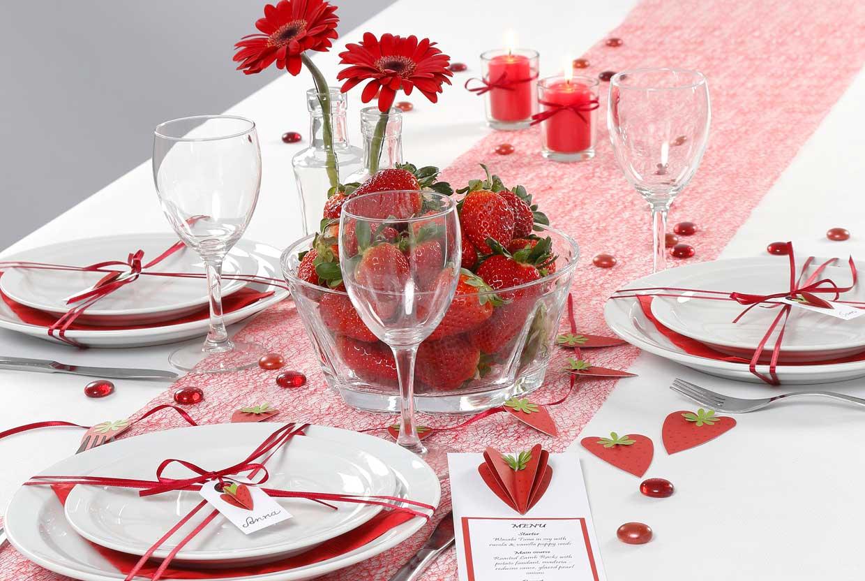 Bröllop: Dukning och bordsdekorationer med jordgubbstema