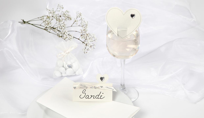 Bryllup: Bordkort og bryllupspynt i hvitt med hjerter