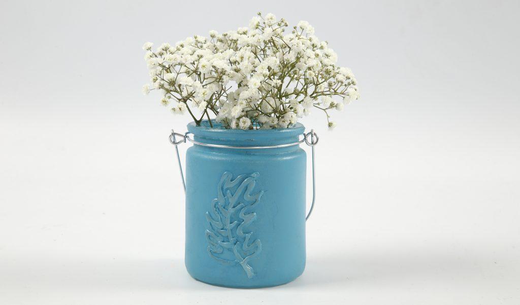 Konfirmation: Vase af lysglas malet med fjer i relief