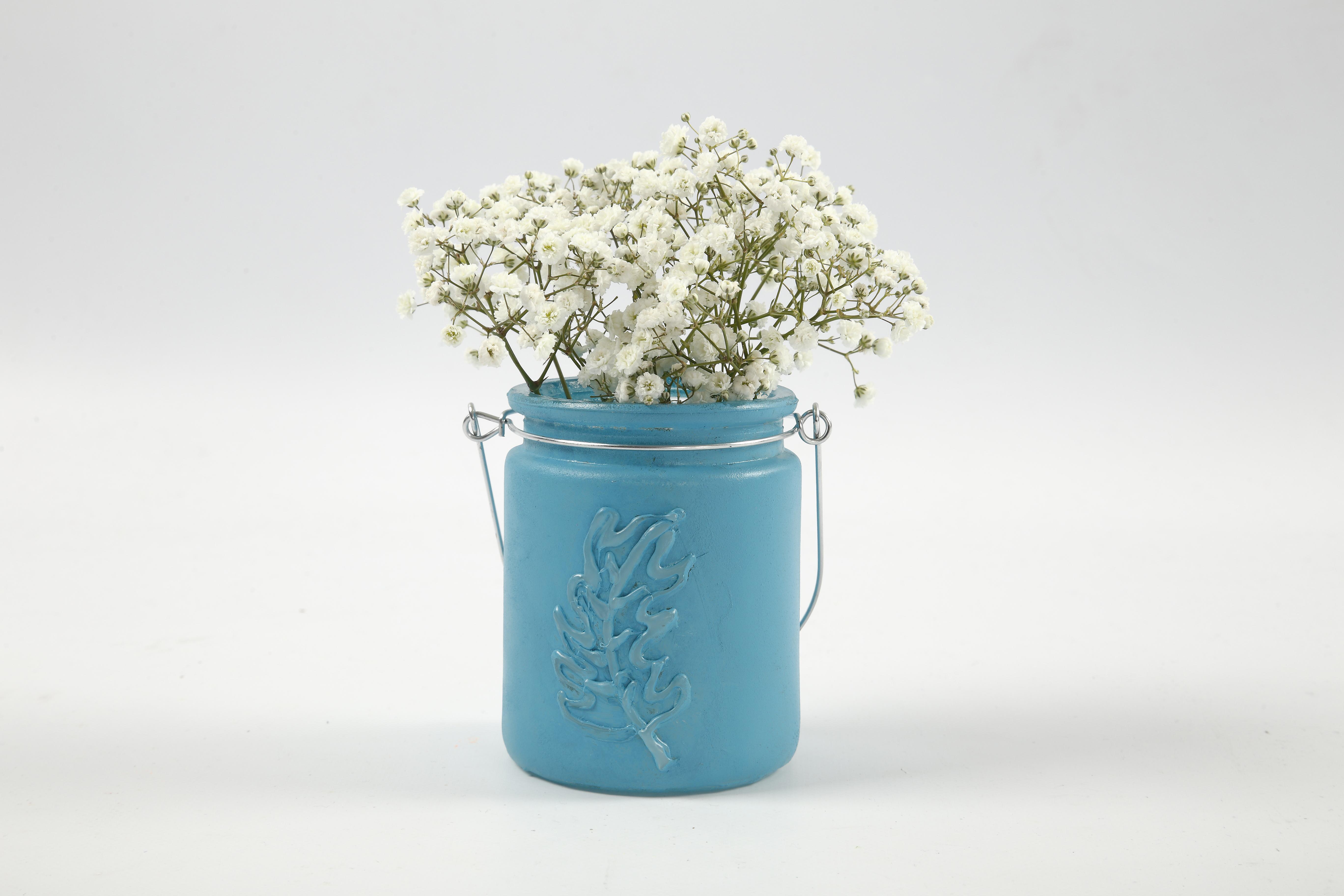Konfirmasjon: Vase av lysglass malt med fjær i relief