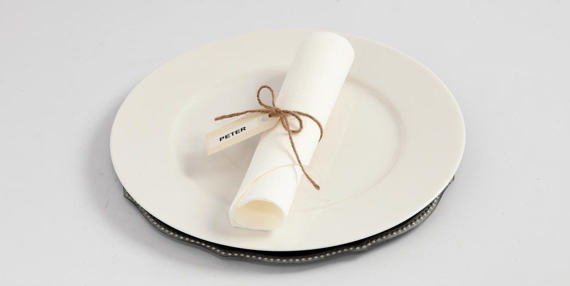 Bryllup: Bordkort af manillamærke og Dymo-tape sat på med natursnor
