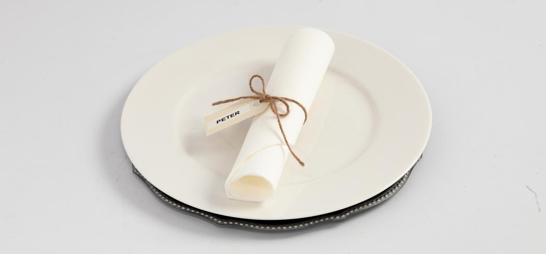 Bryllup: Bordkort av manillamerke og Dymo-tape satt på med natursnor