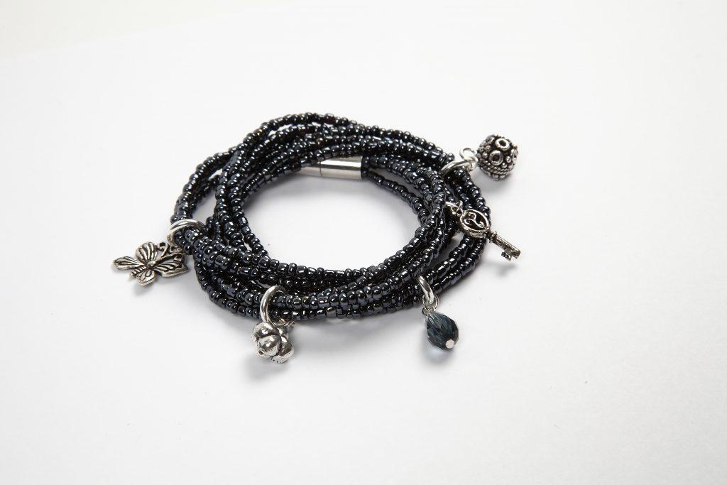 DIY smycketillverkning gör själv smycken armband med pärlor i pärlkarusell