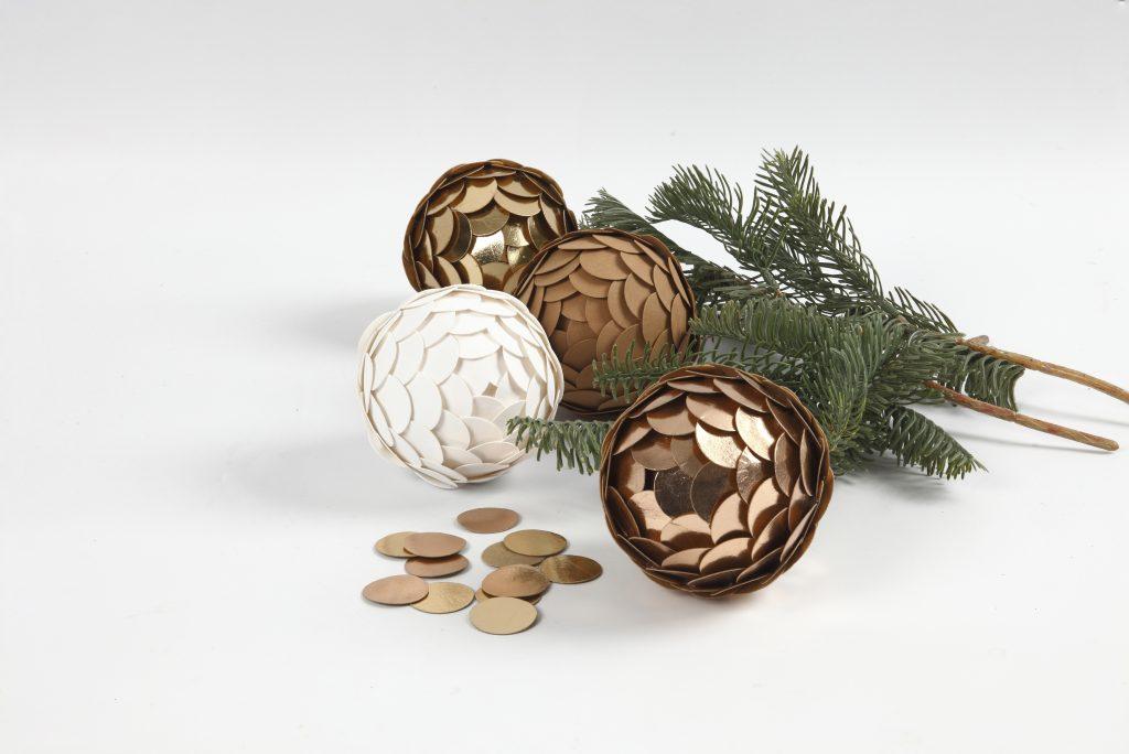 Hemgjorda juldekorationer av läderpapper till din jul 2018