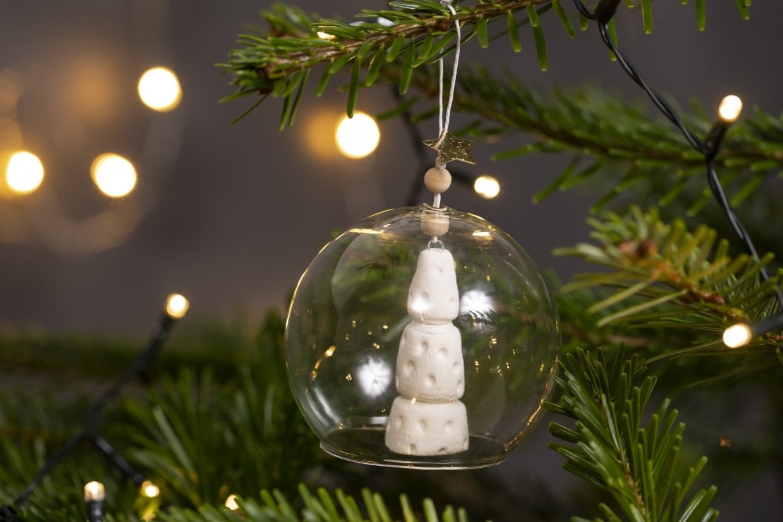 lav selv julepynt med selvhærdende ler - julekugle med juletræ