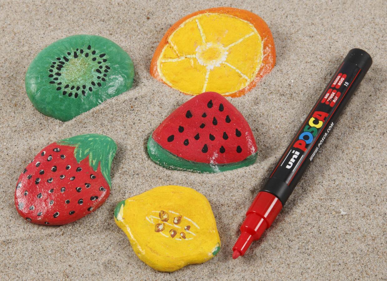 Inspiration til at male på sten med bl.a. Plus Color tuscher og Posca tusser