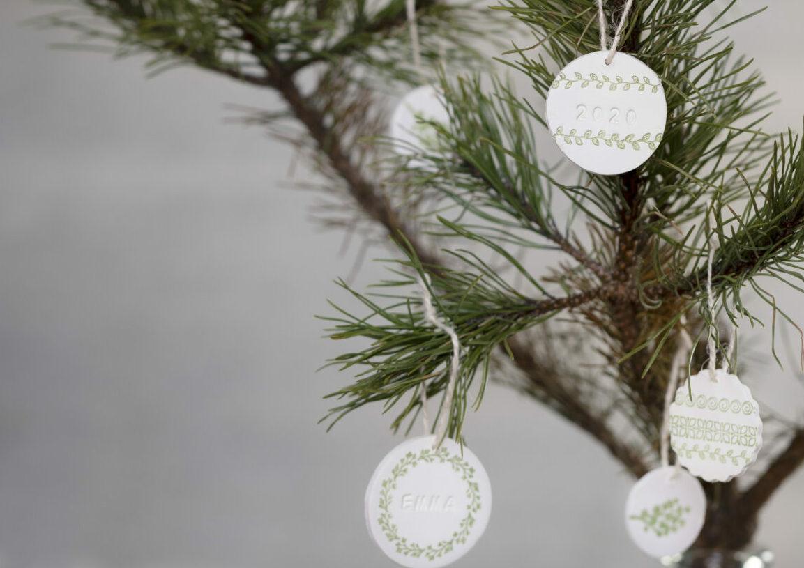 lav selv julepynt med selvhærdende ler - ophæng med stempeltryk