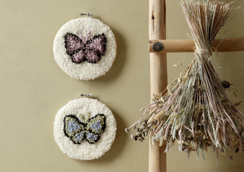 Ophæng med sommerfugle og punch needle