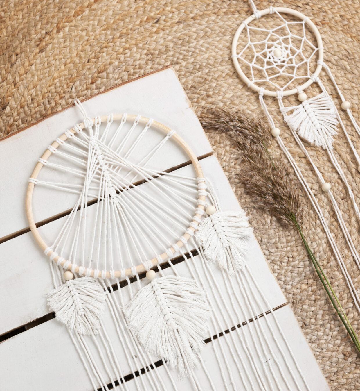 DIY macramé drømmefanger med træperler og hjemmelavede fjer